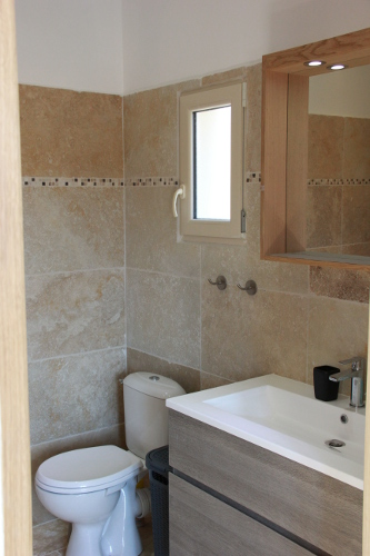 View of the ensuite bathroom in Taillades