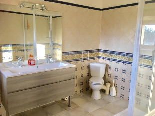 Luberon Cycling Holidays, France - Ensuite Room Oppède - Ensuite bathroom.